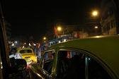 Темное городское движение, запятнанное в движении поздним вечером на переполненных улицах, Калькутта, Индия — Стоковое фото