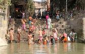 Hindúes personas bañándose en el ghat cerca del templo de dakshineswar kali en kolkata — Foto de Stock
