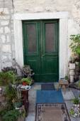 Mediterranean house with green door and flowers — Foto Stock