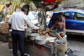 Man prepares simple street food outdoor, Kolkata, India — Stock Photo