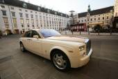 Luxury Rolls Royce car parked in Hofburg Palace in Vienna — Stock Photo