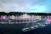 Fountain with colorful illuminations at twilight — Stock Photo