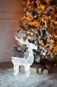 A lighted Christmas tree with deer underneath. — Стоковое фото