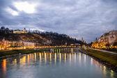 Night view on Salzburg city and Salzburg river — Stock Photo