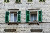 Ventana con persianas en casa antigua — Foto de Stock
