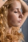 Joven rubia hermosa — Foto de Stock