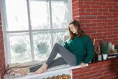Kış pencere adlı genç bir kadın — Stok fotoğraf