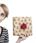 Young woman holding a present — Stockfoto