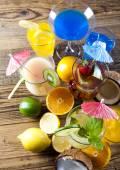 Verschiedene Cocktails mit Früchten — Stockfoto