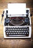Vintage máquina de escribir sobre la mesa — Foto de Stock