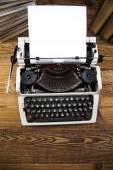Vintage skrivmaskin på bordet — Stockfoto