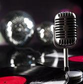 Micrófono, disco de vinilo y bolas de discoteca — Foto de Stock