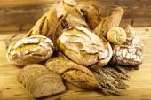 традиционный хлеб в плетеной корзине — Стоковое фото