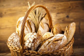 традиционный хлеб в корзине — Стоковое фото