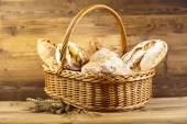 Traditional bread in basket — Zdjęcie stockowe