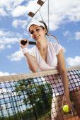 Mujer sosteniendo la pelota de tenis — Foto de Stock