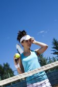Girl standing near tennis grid on the sky — Stockfoto
