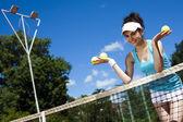 Kobieta trzyma piłek tenisowych — Zdjęcie stockowe