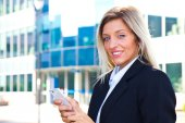 Businesswoman sending message with smartphone — Φωτογραφία Αρχείου