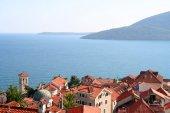красивый пейзаж со средиземноморским городом в черногории — Стоковое фото