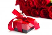 Valentine's day Red roses and ring box — Stock Photo