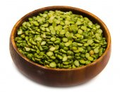 Dried peas on wood bowl isolated on white — Stock Photo