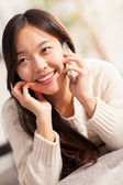 Asian woman is smiling while phoning — Stock fotografie