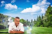 Hombre africano está mintiendo sobre un campo verde — Foto de Stock