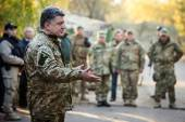 President of Ukraine Petro Poroshenko communicates with soldiers — Stock Photo