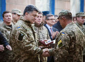 Petro Poroshenko presents awards to servicemen in the Donetsk re — Stock Photo