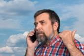 Mężczyzna w średnim wieku mówi na telefon komórkowy — Zdjęcie stockowe