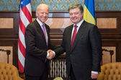 Petro Poroshenko and Joe Biden during their meeting in Kiev — Stock Photo