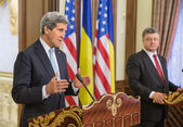 Petro Poroshenko and John Kerry — Stock Photo