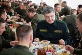 Petro Poroshenko lunch with the cadets — Stock Photo