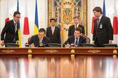 Shinzo Abe and Petro Poroshenko — Stock Photo
