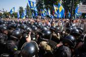 Clashes between protesters and law enforcers under parliament of — Stock Photo