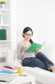 Femme lisant un livre — Photo