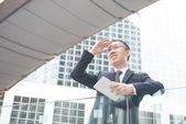 азиатский бизнесмен с планшетного компьютера — Стоковое фото