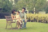 Jogando família asiática e curtindo — Fotografia Stock