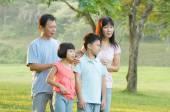 Familia asiática que disfruta de paseo — Foto de Stock