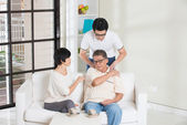 Asian man with injured shoulder father — Stock Photo