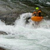 Kayaker in the waterfall — Stock Photo