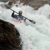 Kayaker in the waterfall — Stockfoto
