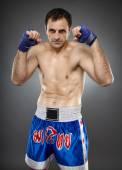 Kickboxer in guard stance — Stockfoto