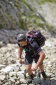 Hiker climbing the mountain — Stock Photo