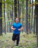 Hombre corriendo en el bosque — Foto de Stock