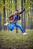 Ung man hoppar av glädje — Stockfoto