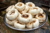 White mushrooms on plate — Stock Photo