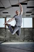Urban dancer jumping — Stock Photo