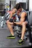 Homem a fazer os exercícios de bíceps em um ginásio — Fotografia Stock